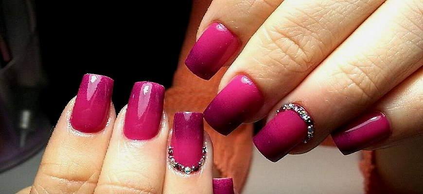 Пурпурно-розовый омбре ногтей