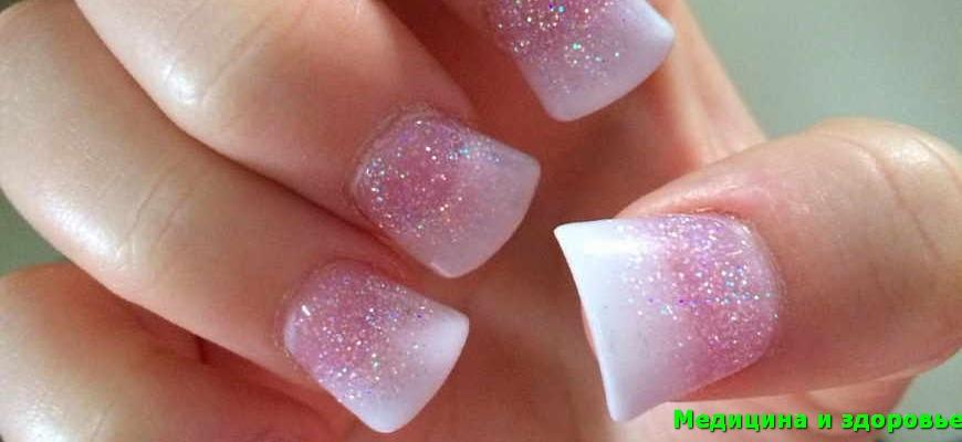 Розовато-белые блестки омбре ногтей