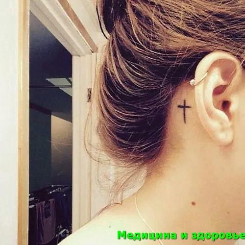 Татуировка за ухом с крестом